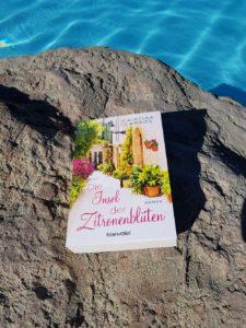 Insel der Zitronenblüten von Cristina Campos am Pool